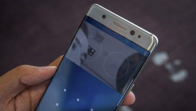 """Màn hình Retina trên iphone – Hào quang khiến Apple """"ngủ quên""""?"""