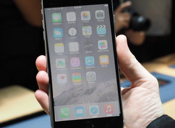 Làm gì khi iphone 6 bị trắng màn hình?