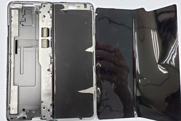 Đây là lý do tại sao bạn không được tháo lớp bảo vệ của Galaxy Fold
